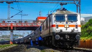 'रेलवे हमारी संपत्ति है'... और यात्रियों ने इस पर अक्षरश: अमल किया
