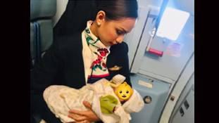 अजनबी बच्ची को स्तनपान कराने वाली एयर होस्टेस की किस्मत रातोंरात बदल गई