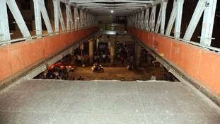 शर्मनाक: CST मुंबई में पुल गिरा, BMC की नाक कटी