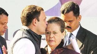 राहुल-प्रियंका पर ऐतराज से पहले गांधी परिवार का बलिदानवाद भी देख लीजिये...