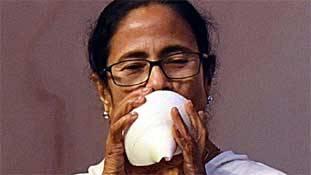 ममता बनर्जी बंगाल में बीजेपी के बिछाये जाल में उलझती जा रही हैं!