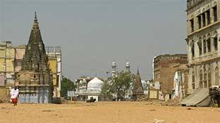 Coronavirus ख़ुदा-भगवान को मंदिरों-मस्जिदों से निकल कर फुटपाथ पर ले आया!