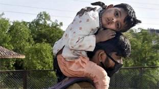 भूखे-प्यासे प्रवासी मजदूर और उनके हालात पर मंडराती गिद्ध-राजनीति