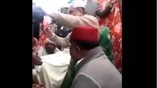 'पीर' बने पाक विदेश मंत्री शाह महमूद कुरैशी महिलाओं के बाल काटकर कमा रहे सोना!