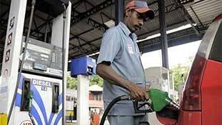 हंगामा है क्यों बरपा? पेट्रोल की थोड़ी सी कीमत ही तो बढ़ी है...