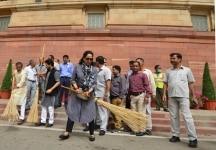 Hema Malini and Anurag Thakur participate in Swachh Bharat Abhiyan