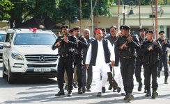 Akhilesh Yadav clicked walking with his security in Lucknow