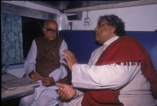 LAL KRISHNA ADVANI AND ACHARYA DHARMENDRA AFTER RELEASE FROM THE JAIL IN TRAIN