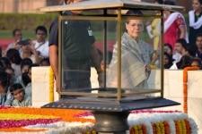 New Delhi  Congress Sonia Gandhi pays floral tributes at the Samadhi of Mahatma Gandhi on Gandhi Jayanti at Rajghat in New Delhi  on Oct 2  2018  Photo  IANS