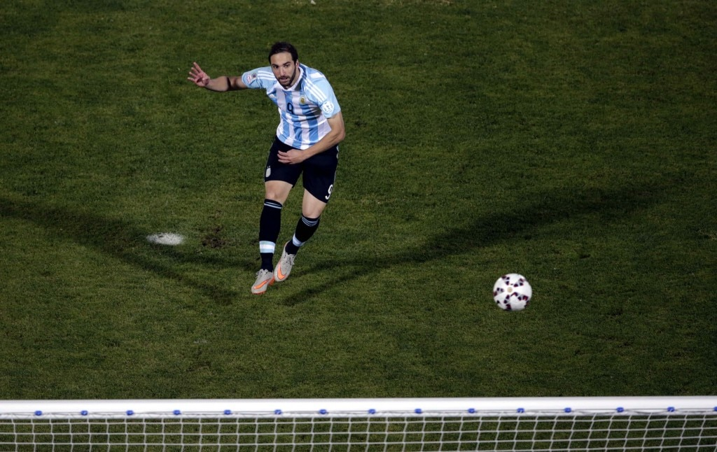 Argentina's Gonzalo Higuain fails to score on his penalty kick during a shootout against Chile in their Copa America 2015 final soccer match at the National Stadium in Santiago, Chile, July 4, 2015. REUTERS/Ricardo Moraes - RTX1J1LD