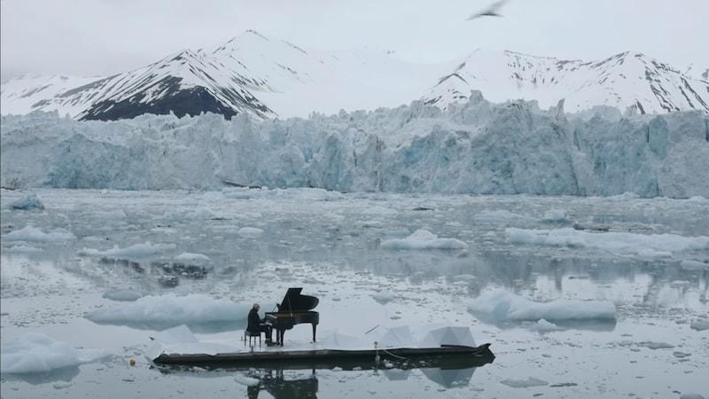 बर्फ के तैरते टुकड़े पर पियानो बजता देखा है?