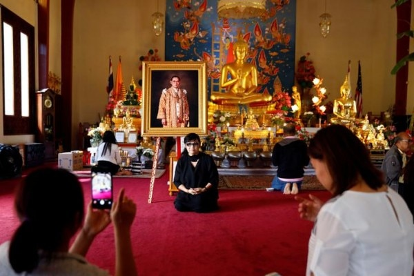 थाईलैंड के लोग किंग भूमिबोल को भगवान मानते थे. मंदिर में लगी उनकी तस्वीर. Reuters
