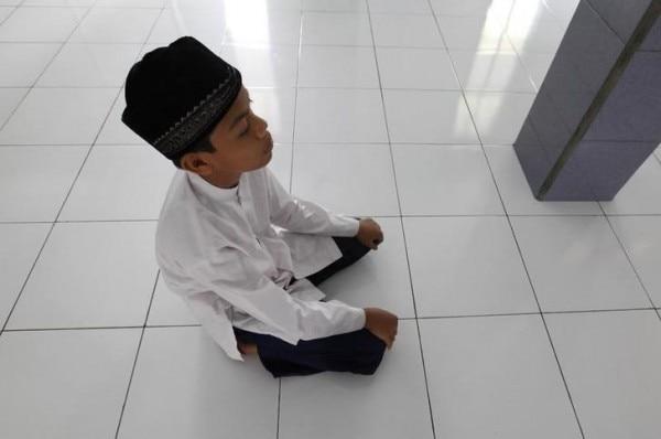 इंडोनेशिया की मस्जिद में नमाज़ पढ़ता अहमदी मुस्लिम. (Photo : Reuters)