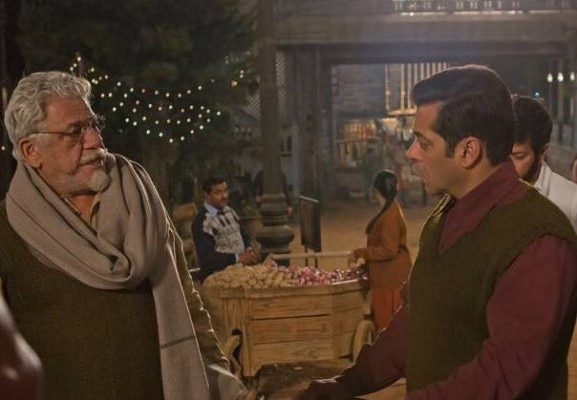 फिल्म के सेट पर सलमान खान के साथ ओम पुरी.