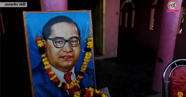 संत रविदास के मंदिर के आगे रखी डॉ. अबेंडकर की फोटो