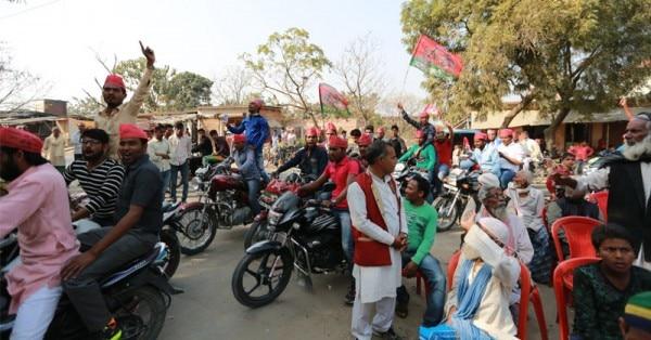 पीस पार्टी की सभा के सामने से निकली सपा की बाइक रैली