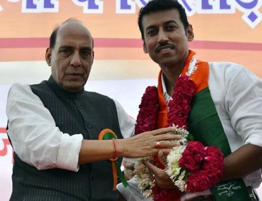 बीजेपी नेता राजनाथ सिंह के साथ राज्यवर्धन सिंह राठौड़.
