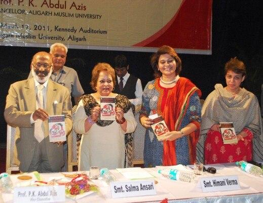 अलीगढ़ मुस्लिम यूनिवर्सिटी में एक किताब का विमोचन करतीं सलमा