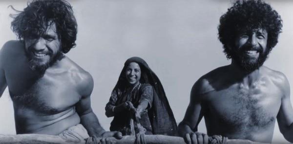 मृणाल सेन द्वारा निर्देशित हिंदी फिल्म जेनेसिस (1986) के दृश्य में ओम पुरी, शबाना आज़मी और नसीरुद्दीन शाह. पैरेलल सिनेमा के तीन आइकन. चौथे इसे बनाने वाले.