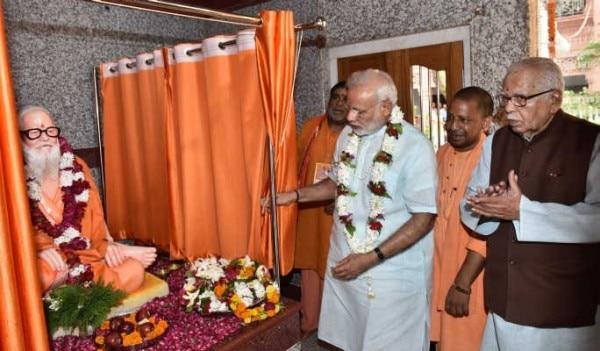 22 जुलाई 2016 को प्रधानमंत्री मोदी ने महंत अवैद्यनाथ की मूर्ति का अनावरण किया. साथ में हैं योगी आदित्यनाथ. (फोटोःनरेंद्र मोदी डॉट इन)