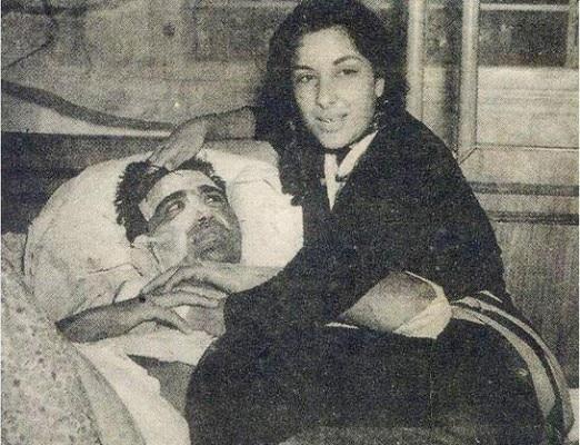 अस्पताल में सुनील दत्त की खबर लेते हुए नरगिस.