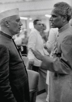 नेहरू और मेनन.