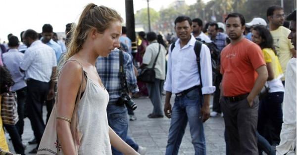 भारत आई एक पर्यटक को घूरते लोग