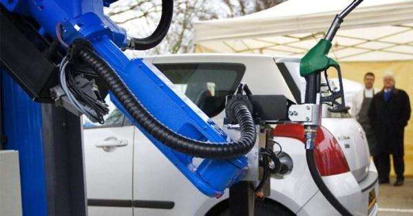 कार में पेट्रोल भरता रोबोट
