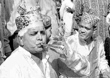 लालू की ज़िंदादिली ने लोगों को हमेशा खींचा. उनकी होली पार्टी. (फोटो पीटीआई)