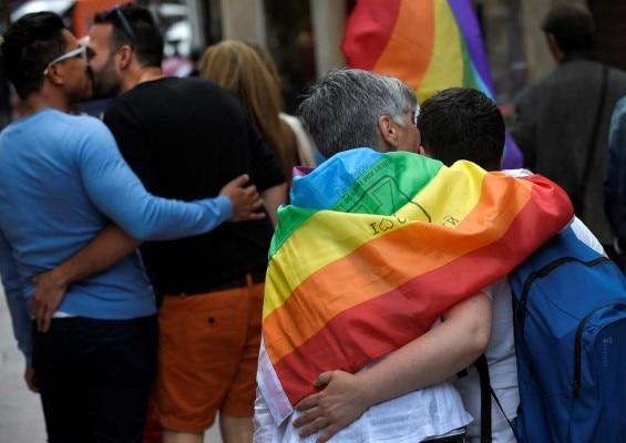 दुनिया भर के शहरों में 'गे प्राइड परेड' आयोजित होती हैं, लेकिन LGBT समुदाय के लिए पूर्वाग्रह जस के तस बने हुए हैं. (फोटोःरॉयटर्स)