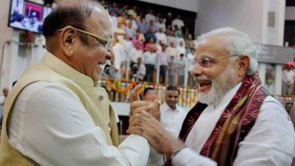 विदाई समारोह में नरेंद्र मोदी और शंकर सिंह वाघेला