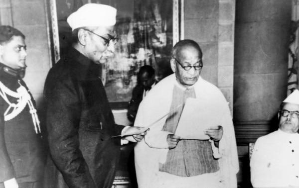 पटेल को गृहमंत्री पद की शपथ दिलवाते राजेंद्र प्रसाद