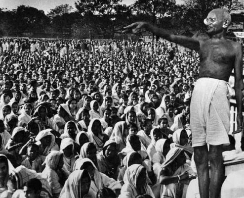 जनसभा को संबोधित करते गांधी.