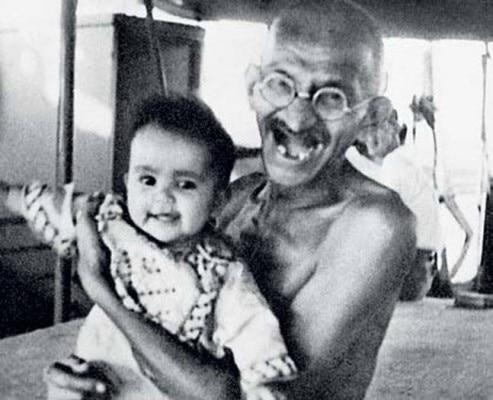 महात्मा गांधी एक अपने इंग्लैंड ट्रिप के दौरान एक बच्चे के साथ.