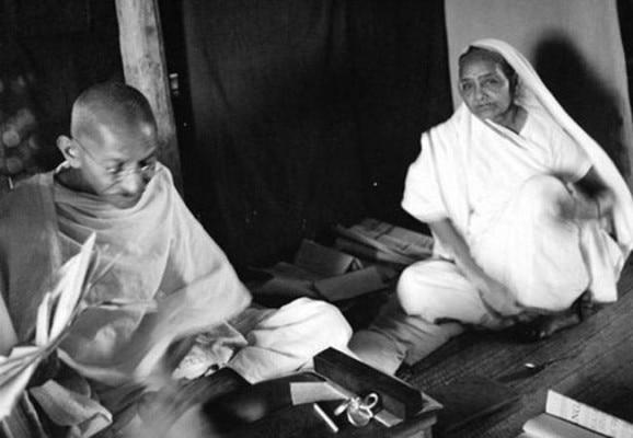 अपनी पत्नी कस्तूरबा के साथ गांधी जी.