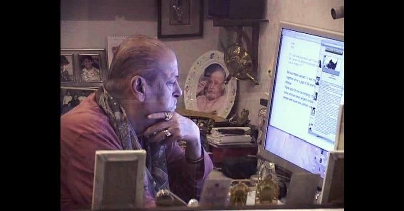 शम्मी कपूर अपनी फेवरेट हॉबी में समय बिताते हुए. (फोटोः फेसबुक)