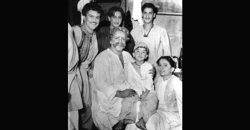 एक प्ले के दौरान पिता पृथ्वीराज कपूर, भाई राज और शशि कपूर के साथ शम्मी.