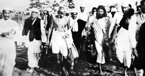 डांडी मार्च के दौरान अपने साथियों और समर्थकों के साथ गांधी जी.