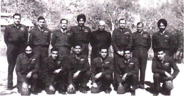 जनवरी 1965 में Haiwara एयरबेस में रक्षामंत्री और स्टाफ के साथ अर्जन सिंह