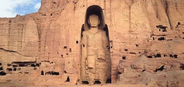 अपने पहले शासन काल (1996-2001) में तालिबान ने बामियान में बनी महात्मा बुद्ध की मूर्तियों को गोला-बारूद लगाकर उड़ा दिया था. Image: Khan Academy