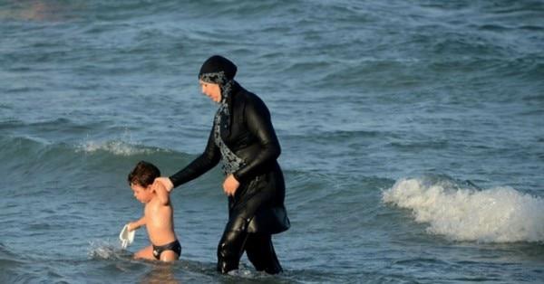 इसी बुरका पहने महिला से फ्रेंच पुलिस को दिक्कत थी.