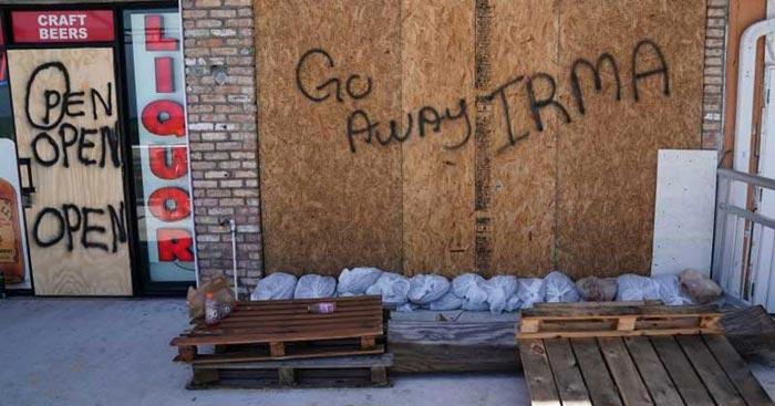 लोग अपनी दीवारों पर इरमा के नाम संदेश लिख रहे हैं. इस उम्मीद में कि इससे तबाही का असर कम हो जाएगा..