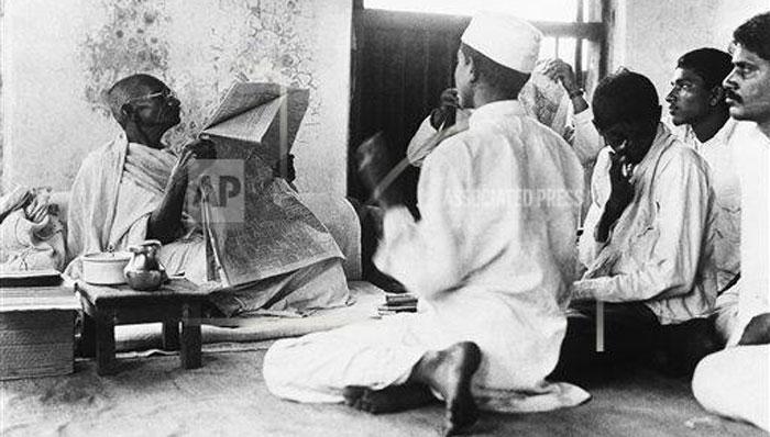 ये तस्वीर 23 अप्रैल, 1930 की है. गांधी अपने आश्रम के लोगों को 'द टाइम्स' अखबार पढ़कर देश-दुनिया की खबरें सुना रहे हैं.