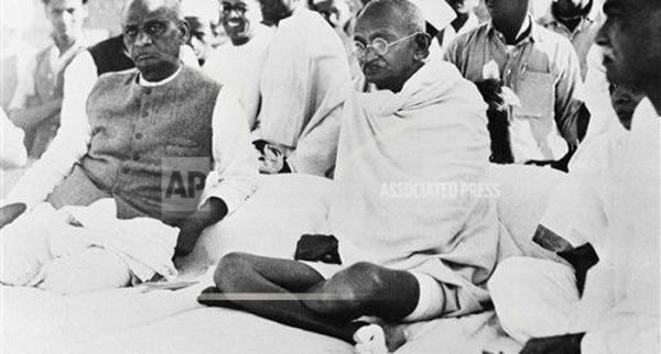 ये तस्वीर 2 मार्च, 1938 की है. हरिपुरा में आयोजित कांग्रेस बैठक के दौरान पशु फॉर्म खोले जाने के मौके पर मौजूद महात्मा गांधी.