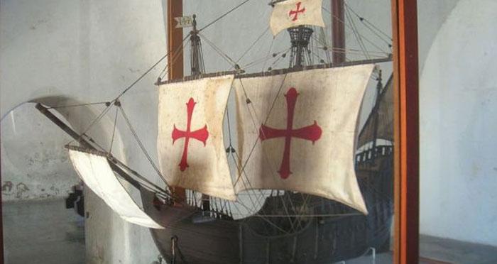 ये उस 'सैंटा मारिया' नाम के जहाज का मॉडल है, जिसपर बैठकर कोलंबस अमेरिका पहुंचे थे. प्यूरटो रिको के फोर्ट सैन क्रिस्टोबल में इसका एक मॉडल रखा हुआ है (फोटो: विकीपीडिया)