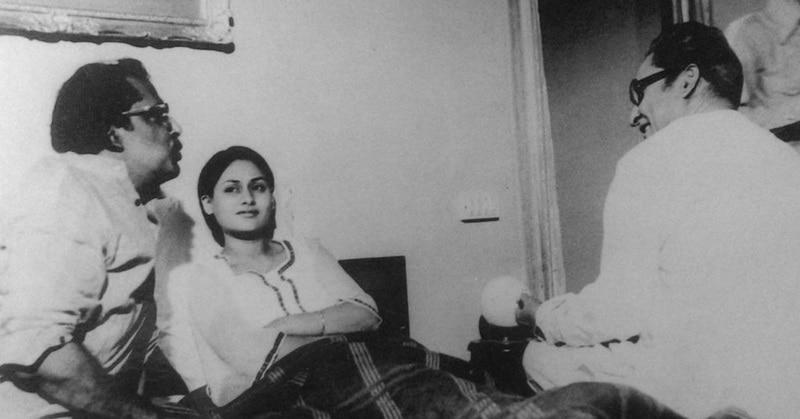 'मिली' (1975) की शूटिंग के दौरान जया बच्चन और अशोक कुमार को सीन समझाते डायरेक्टर ऋषिकेश मुखर्जी. (फोटोः राजन प्रभु)
