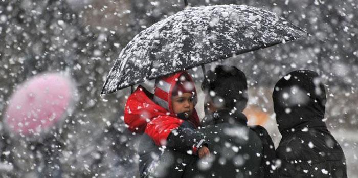 हिमाचल के ऊपरी इलाकों में बर्फबारी से पार्टियों और उम्मीदवारों के लिए परेशानी खड़ी हो गई है.