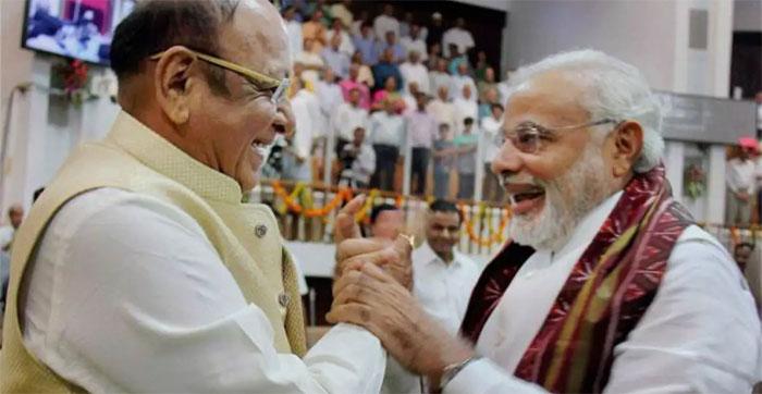 मोदी और वाघेला का पुराना इतिहास है. पहले दोस्ती, फिर दुश्मनी, फिर दोस्ती. मोदी के साथ उनका रिश्ता एक तरह से उनके करियर के बनने-बिगड़ने की कहानी है.