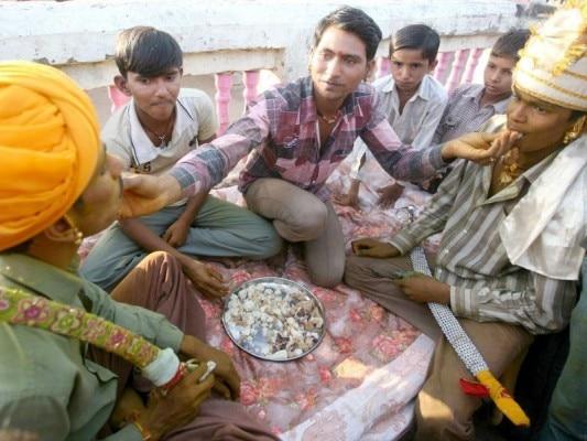 सरानिया समुदाय में उलटे दहेज की प्रथा है. शादी के वक्त लड़के को पैसे देने पड़ते हैं (फोटोःरॉयटर्स)