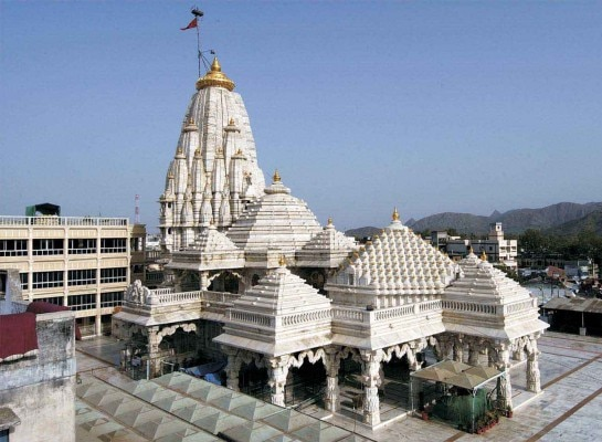 गुजरात का अम्बाजी मंदिर. 2014 में नरेंद्र मोदी ने अपना प्रचार अभियान इसी मंदिर से शुरू किया था.